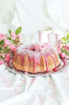 Kauniin roosa, roosa nauha -kahvikakku on mehevä ja herkullinen kahvikakku joka viimeistellään herkullisella kuorrutuksella. #roosanauhakakku #kahvikakku #kuivakakku Sweet Recipes, Cake Recipes, Decadent Cakes, Sweet Pastries, Beautiful Cakes, Yummy Cakes, Vanilla Cake, Chocolate Cake, Birthday Cake