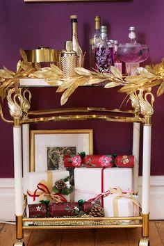 Styling a Colourful Christmas Bar Cart – Conseils de Décoration Decor, Contemporary House Design, Christmas Bar Cart, Bar Decor, Bar Furniture, Christmas Decorations, Cart, Bar Stools, Contemporary House