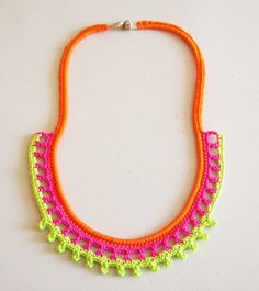 Crochet neon necklace, free pattern, chart with symbols and written instructions/ Collar neon a ganchillo, patrón gratis, esquema con símbolos e instrucciones escritas