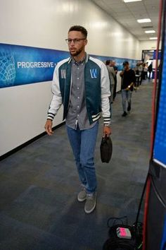 Stephen Curry of the Golden State Warriors arrives at the arena before Game One of the 2017 NBA Finals against the Cleveland Cavaliers on June 1 those glasses. Stephen Curry Family, The Curry Family, Basketball Funny, Love And Basketball, Nba Players, Basketball Players, Wardell Stephen Curry, 2017 Nba Finals, Moda Masculina