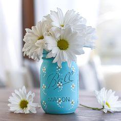Painted daisy mason jar. How to paint daisies on mason jars. Spring mason jar craft ideas. Painted flowers on mason jars. Spring craft ideas with jars.