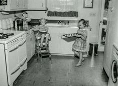A Fresh Batch: 1955 (Shorpy Photo Archive - Old Pictures, Better Than New) Old Kitchen, Vintage Kitchen, Retro Vintage, 1950s Kitchen, Vintage Pictures, Old Pictures, Old Photos, Regal Design, High Resolution Photos