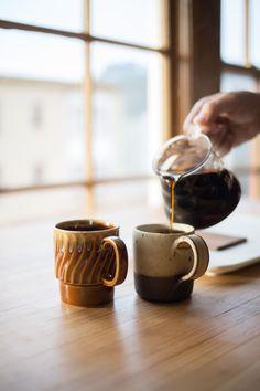 wundervoll: Vintage Keramik und frischer Kaffee