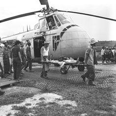 Transfert des blessés de Diên Biên Phu (Tonkin) à Luang Prabang (Laos). Luang Prabang, Vietnam History, Vietnam War, Laos, First Indochina War, World Conflicts, Indochine, French Army, Korean War