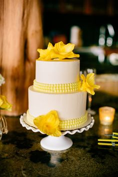 Torta de boda decorada con flores y perlas de color amarillo. #BodasAmarillo