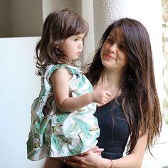 posa feliz junto a su hija Ema.
