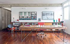 Escritório | Parte do living é ocupada pela mesa de trabalho, do Studio Arthur Casas para Etel. Estante baixa, desenhada por Pablo Alvarenga...