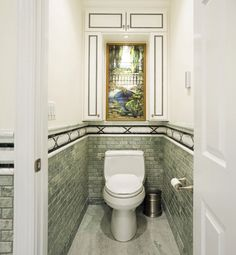 Необычный маленький шкафчик в туалет