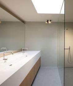 Badkamer • modern • lichtkoepel • inloopdouche • glazen wand • dubbele lavabo • brede spiegel • Architect: Egide Meertens
