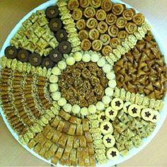 فن تقديم الحلويات المغربية العريقة والأ صيلة gateau Tea Culture, Tray, Traditional, Dishes, Four, Sweet, Hair Style, Blog, Kitchen