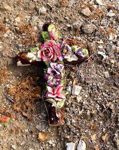 Oud kruis van keramiek op de begraafplaats in Zuid Frankrijk Old cross decorated with ceramic flowers on a Cemetery in Southern France July 2013