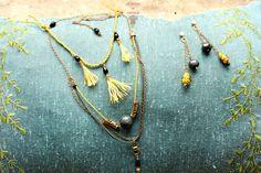 Collier ethnique boho perle de Tourmaline grise et pompons de soie