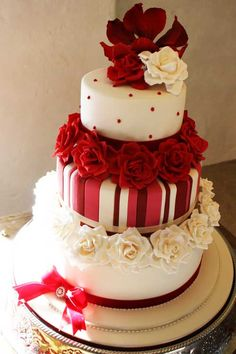 Traditional cake in tones of instensity and varying interest. Works great. its cheeky, playful and all in wedding design.
