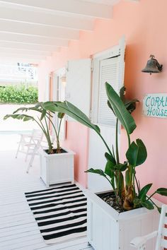 I'm so excited to share a home tour of our Harbour Island, Bahamas home, Coral House! It's been a busy. Style At Home, Beach Cottages, Beach Houses, Tiny Cottages, Beach House Decor, Beach House Colors, Architectural Digest, Coastal Decor, Coral Home Decor