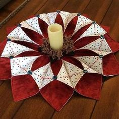 Resultado de imagen para fold n stitch wreath tutorial Quilted Christmas Gifts, Christmas Patchwork, Quilted Ornaments, Fabric Ornaments, Christmas Crafts, Christmas Decorations, Christmas Wreaths, Prim Christmas, Christmas Sewing Projects