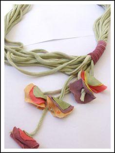 Collar de tela reciclada hecho a mano, $30 en http://ofeliafeliz.com.ar