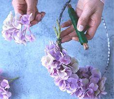 Die einzelnen Hortensienblüten mit ihren kurzen, dünnen Stielen fassen Sie mit der Hand zu kleinen Mini-Sträußchen zusammen. Diese halten Sie jeweils an den...
