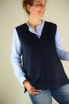 Ein lässiger Pullunder, selbst genäht aus einem Rest dunkelblauem Jersey. Hier zeige ich Euch, wie ihr schnell und einfach bestehende Schnittmuster abwandeln könnt, um einen neuen Look zu erhalten.