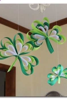 LOVE these shamrocks made out of paper - theres a tutorial on how to make them - so easy!! - -Paper Strip Shamrocks ~ Sugar Bee Crafts