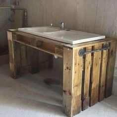 Meuble pour évier pour le sous sol fabriqué en palettes par Monsieur! Avec porte serviettes en tuyaux!! #meublesenpalettes #palettes #meubleenpalette #meublepalette #diy