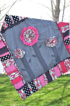 Flower rag quilt - So Cute! Shirt Quilt, Rag Quilt, Cute Blankets, Quilted Pillow, Baby Crafts, Textiles, Quilt Making, Baby Quilts, Couture