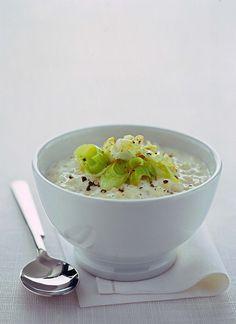 Scopri su Sale&Pepe la ricetta della minestra di orzo e porri, cotta nel latte e facilissima da preparare, adatta anche per una cena vegetariana.