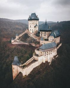 Karlštejn Castle (hrad Karlštejn) is a large medieval in Czechia 📌🏰 Gothic Castle, Fairytale Castle, Medieval Castle, Beautiful Castles, Beautiful Places, Cool Places To Visit, Places To Go, Chateau Medieval, Castles In Ireland