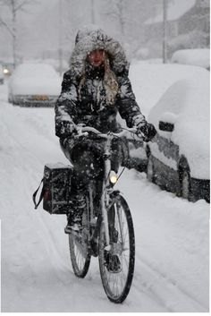 Winter Cycle Chic I don't miss canada! Snow Scenes, Winter Scenes, Winter Cycling, Cycle Chic, Bicycle Girl, Bicycle Women, Bike Rider, Bike Style, Winter Is Coming