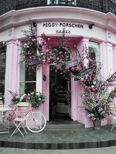 Millennial Pink facade of the Peggy Porschen Cakes in London. Chelsea Flower Show, Peggy Porschen Cakes, Beautiful Flowers, Beautiful Places, Beautiful London, Brunch Spots, Brunch Places, Instagram Worthy, London Instagram