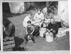Pa en Ma Harteveld, Loes Boonstra en Margriet de Vries bereiden de maaltijd.