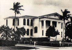 Edificio de la Escuela Normal de la Universidad de Puerto Rico en 1912  Primer edificio construido en el campus de la Universidad de Puerto Rico .  Fuente: Colección del Laboratorio Fotográfico del Sistema de Bibliotecas de la Universidad de Puerto Rico, Recinto de Río Piedras.