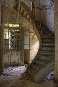 Staircase in abandoned Sanitarium Old Abandoned Buildings, Abandoned Mansions, Old Buildings, Abandoned Places, Abandoned Castles, Derelict Places, Beautiful Ruins, Abandoned Hospital, Stairway To Heaven