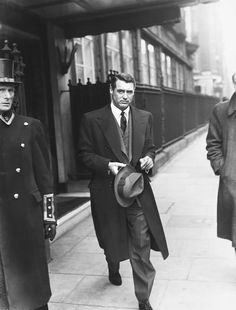 """Everyone wants to be Cary Grant. Even I want to be Cary Grant"" -Archibald Leach (Cary Grant) Golden Age Of Hollywood, Vintage Hollywood, Hollywood Stars, Classic Hollywood, Hollywood Men, Cary Grant, Cool Attitude, Tv Movie, Actrices Hollywood"