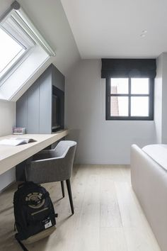 Attic Bedroom Designs, Attic Bedrooms, Upstairs Bedroom, Small Loft Spaces, Small Attic Room, Loft Room, Bedroom Loft, Bedroom Decor, Home Office Design