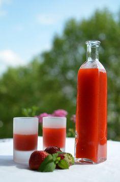 Für unsere dritte Erdbeer-Idee hab ich die Getränkeabteilung meiner Rezeptesammlung aufgeschlagen. Eisgekühlt sollte es sein. Mit Erdbeeren. Vielleicht ein Erdbeer-Shake? Sehr lecker, aber nicht das, was ich mir vorstelle.