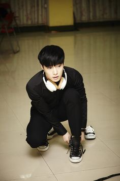 Lay~how can someone look so good when tying his shoe?