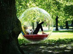 Drukbezette mensen ontspannen in een luchtbel