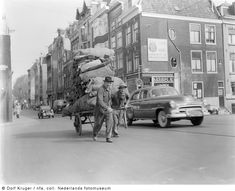 Handkar met oud papier, Amsterdam (1954) - Het Geheugen van Nederland - Online beeldbank van Archieven, Musea en Bibliotheken