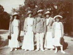 Nicholas Romanov ll with his daughters Maria, Tatiana, Olga, and Anastasia at Livadia in 1913. !