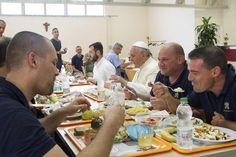 Pape François - Pope Francis - Papa Francesco - Papa Francisco : vdi 25 juillet 2014, déjeuner surprise au réfectoire de la zone industrielle du Vatican avec les ouvriers du Saint Siège!