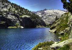 Estany Negre. Al fondo el Pico de Comaloforno. Pirineos de Lleida. España.