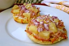 English muffin hawaiian pizza, an easy, healthy and delicious lunch or snack that's fun too with 230 calories and 6 Weight Watchers PointsPlus