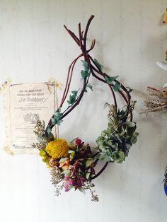 リース台を枝を束ねて作りました。自然な型を楽しんでいただければと思います。3種類のあじさいとバラ、ユーカリ。クラシックな色合いのリースになりました。ねじれたり... ハンドメイド、手作り、手仕事品の通販・販売・購入ならCreema。 Dried Flower Wreaths, Dried Flowers, Flower Frame, Flower Art, Hanging Bird Cage, Herb Art, Christmas Crafts, Christmas Decorations, Flora Design