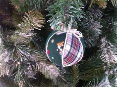 Bola decorativa de Natal. Revestimento a tecido e cordão.  Diâmentro: 9cm
