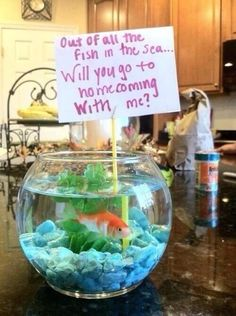 Would love if a guy would ask me to homecoming/prom with a smart idea like this Asking To Homecoming, Cute Homecoming Proposals, Homecoming Ideas, Prom Posals, Homecoming Dresses, Homecoming Signs, Girl Ask Guy, Girls Ask, High School Dance