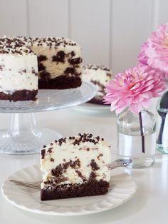 Brownie-iskake kombinerer to ting som bør spises sammen – brownie og iskrem… Og jeg nøyer meg ikke med en browniebunn toppet med iskrem, neida. Her har jeg også blandet iskremen med browniebiter slik at du er garantert til å treffe på litt brownie i hver bit! Jeg vurderte å toppe iskaken med browniesmuler ,men valgte [...]Read More...