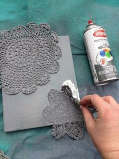 Spray paint a canvas using doilies as stencils. - Great for DIY Christmas cards, cut the doilies into snowflakes! Cute Crafts, Diy And Crafts, Arts And Crafts, Creative Crafts, Diy Wand, Mur Diy, Art Projects, Projects To Try, Spray Paint Projects