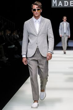Giorgio Armani Spring 2018 Menswear collection, runway looks, beauty, models, and reviews.