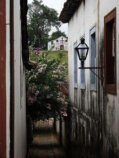 Tiradentes/MG - Passagem com o moro da forca e igreja ao fundo! by William Pacienza, via Flickr