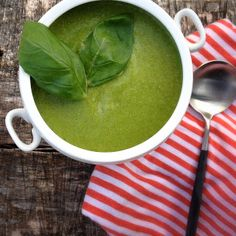 A perfect filling raw recipe great for detox and cleanses: no-cook green soup made with your blender! - 2 handfuls spinach- 1/4 red onion- 1 garlic clove- 1 avocado- 1 green bell pepper- 1 cup broccoli- 2 pinches cayenne- 2 pinches sea salt- 5-6 fresh basil leaves- 16oz water